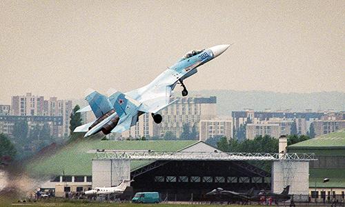 Năm 1989, phi công Pugachev thực hiện động tác bay cực khó Rắn hổ mang trên tiêm kích Su-27 tại Triển lãm Hàng không Le Bourget. Ảnh: TASS.