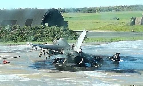 Chiếc F-16 của không quân Bỉbị cháy rụi tại hiện trường. Ảnh: RT.