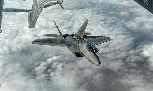 Tiêm kích F-22 tiếp dầu trên không phận gần Syria năm 2017. Ảnh: USAF.