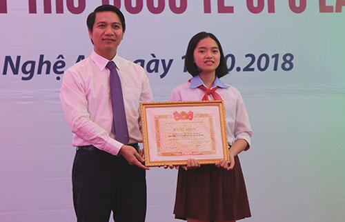Em Nguyễn Thị Bạc Dương nhận phần thưởng tại buổi lễ. Ảnh: Nguyễn Hải.
