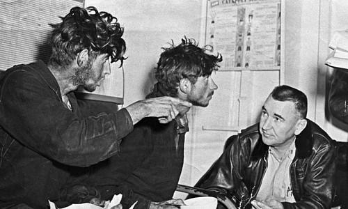 Hai thủy thủ Liên Xô (trái và giữa) kể lại hành trình cho sĩ quan Mỹ. Ảnh: RBTH.