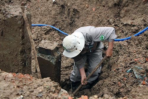 Nhóm công nhân xử lý trong hai buổi mới tìm kiếm hết vật liệu nổ ở khu vực này. Ảnh: Ngô Hiền