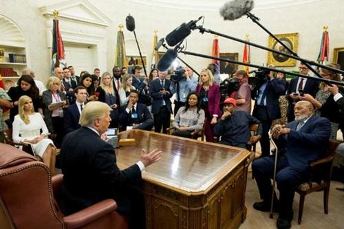 Cuộc thảo luận tại Nhà Trắng hôm 11/10 giữa Trump và West có nhiều phóng viên tham dự. Ảnh: Reuters.