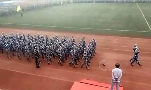 Đá văng giày khi diễu hành, nữ sinh Trung Quốc nhanh nhẹn xử lý