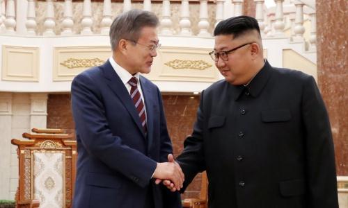 Tổng thống Hàn Quốc, trái, và lãnh đạo Triều Tiên trong cuộc gặp tại Bình Nhưỡng hồi tháng 9. Ảnh: Reuters.