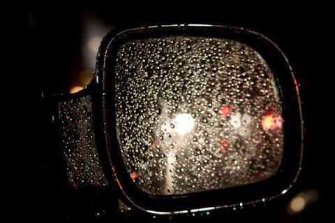 Gương chiếu hậu bên ngoài cần thường xuyên vệ sinh.