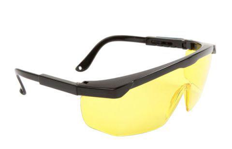 Không nên lạm dụng kính đeo mắt khi lái xe vào ban đêm.