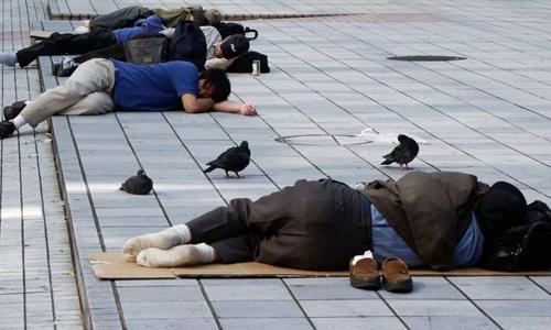 Những người thất nghiệp và vô gia cư ngủ trên đường tại quân Kabukicho, Tokyo. Ảnh: Japan Times.