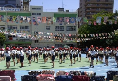 Học sinh tiểu học tập trung trong ngày hội thể thao. Ảnh: Savvy Tokyo