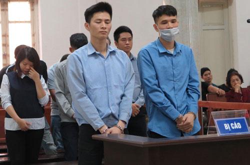 Khánh (trái), Tài (phải) hàng trên cùng trong khi nghe tòa tuyên án.