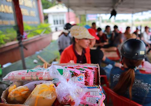 Người dân mang theo mì tôm, đồ ăn theo để bám trụ việc ở lại trước cổng nhà máy thép gây ô nhiễm. Ảnh: Nguyễn Đông.