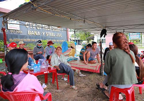 Người dân dựng bạt tôn, kê giưỡng dã chiến để yêu cầu chính quyền trả lời dứt khoát việc di dời dân hay nhà máy. Ảnh: Nguyễn Đông.