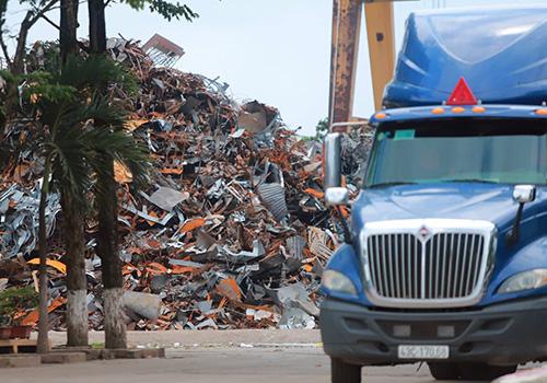 Hàng tấn phế liệu chưa sản xuất bên trong khu vực của nhà máy thép Dana - Ý. Ảnh: Nguyễn Đông.