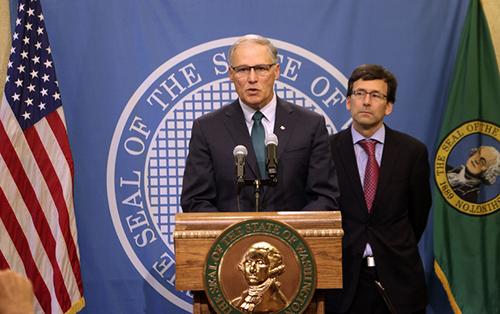 Thống đốc bang Washington, ông Jay Inslee (trái), phát biểu tại cuộc họp báo sau tuyên bố bãi bỏ án tử hình hôm 11/10. Ảnh: AP