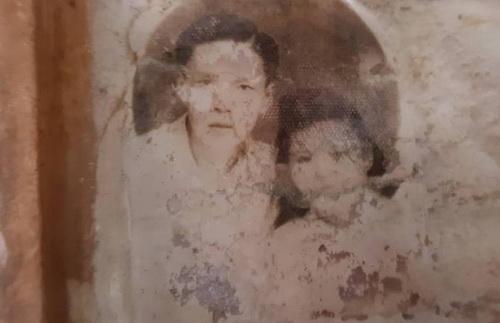 Bức ảnh 2 vợ chồng giúp người vợ liệt sĩ tìm thấy tung tích hài cốt chồng sau 50 năm hy sinh. Ảnh: Phước Tuấn