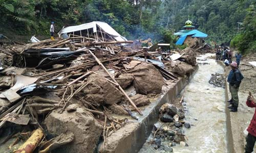 Một khu vực tại làng Saladi, huyện Mandailing Natal, tỉnh Bắc Sumatra, sau khi bị lũ quét tấn công. Ảnh: AFP.