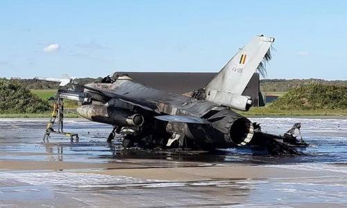Xác chiếc F-16 sau vụ nổ hôm 11/10. Ảnh: Twitter.