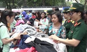 Nhiều người Hà Nội mua hàng ủng hộ từ thiện
