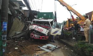 Xe container tông liên tiếp 6 nhà dân ở Sài Gòn