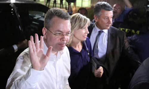 Mục sư Mỹ Andrew Brunson (trái) và vợ tới sân bay ở thành phố  Izmir, Thổ Nhĩ Kỳ hôm 12/10. Ảnh: Reuters.
