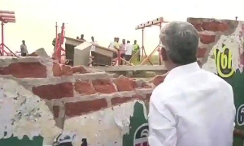 Phần tường rào đổ vỡ do bị máy bay đâm ở sân bay Trichy. Ảnh: Air India.