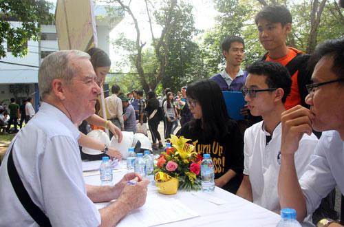 Sinh viên Đại học Bách khoa (Đại học Quốc gia TP HCM) trao đổi với doanh nghiệp có vốn đầu tư nước ngoài trong ngày hội việc làm. Ảnh: Mạnh Tùng.