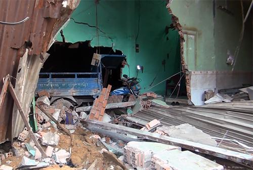 Nhiều căn nhà bị sập tường, hư hỏng nặng. Ảnh: Sơn Hoà.