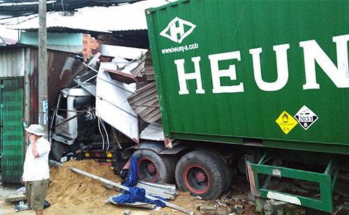 Đầu xe container cắm vào nhà dân. Ảnh: Quế Biên.
