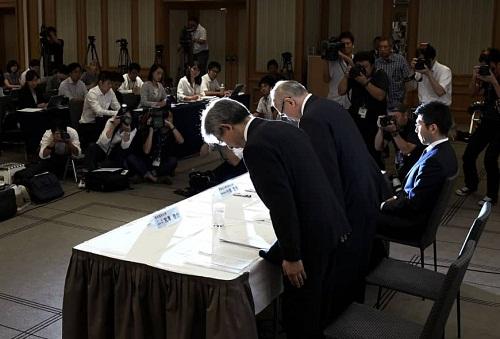 Lãnh đạo Đại học Y Tokyo cúi gập người xin lỗi trong cuộc họp báo ngày 7/8. Ảnh: Kyodo