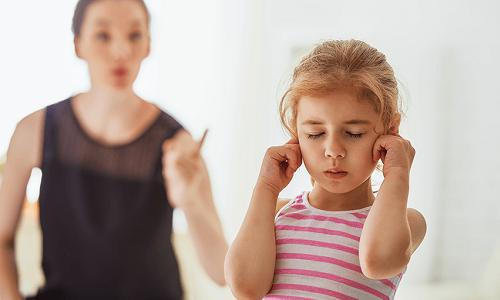 Quát tháo không phải cách hiệu quả để uốn nắn hành vi của trẻ. Ảnh: Pinterest