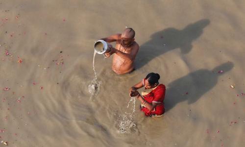 Sông Hằng là nguồn cung cấp nước sinh hoạt cho 400 triệu người Ấn Độ, nhưng đang bị ô nhiễm nặng. Ảnh: AP.