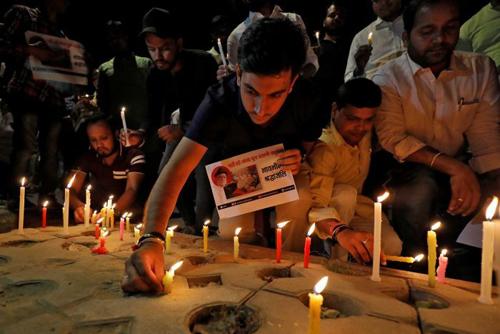 Các nhà hoạt động vì môi trường ở Ấn Độ làm lễ tưởng niệm Agarwal. Ảnh: Reuters.