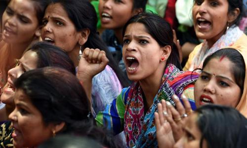 Phản đối nạn bạo hành phụ nữ tại New Delhi hồi tháng 4. Ảnh: CNN.
