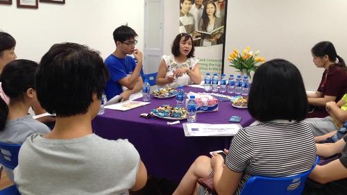Một buổi hướng dẫn trước khi bay cho học sinh tại văn phòng Visco Hà Nội.