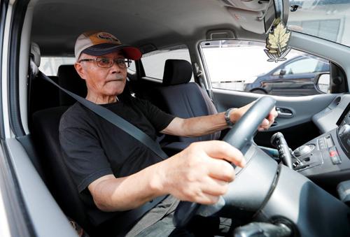 Cụ Horie Miho lái chiếc xe mini khi rời showroom của Tortoise. Ảnh: Reuters