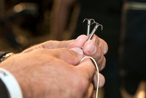 Hai đầu dây được gắn hai móc kim loại nặng.Ảnh: Nypost