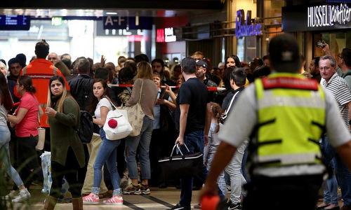 Người dân được sơ tán khỏi ga tàu trung tâm Cologne. Ảnh: AFP.