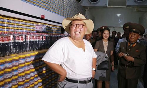 Lãnh đạo Triều Tiên Kim Jong-un tới thị sát nhà máy chế biến cá Kumsanpho hồi tháng 8. Ảnh: KCNA.