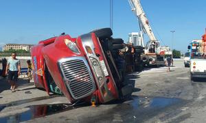 Xe container bị lật giữa đường