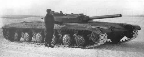 Lính tăng Liên Xô đứng cạnh chiếc Object 775 trong quá trình thử nghiệm. Ảnh: RBTH.