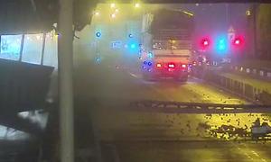 Camera ghi lại cảnh xe tải kéo sập giàn giáo trước hầm Thủ Thiêm