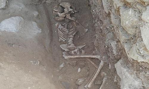 Bộ xương của đứa trẻ bị chôn cất theo tập tục nhằm ngăn chặn ma cà rồng. Ảnh: Đại học Arizona.