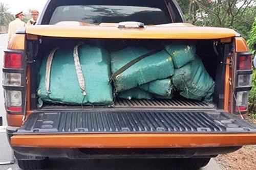 Chiếc xe bán tải chở theo nhiều bao chứa ma tuý. Ảnh: Quang Hà