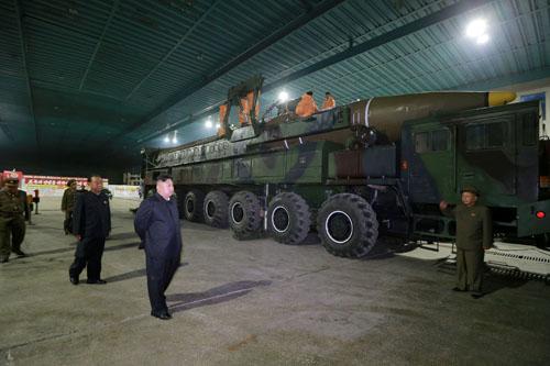 Lãnh đạo Triều Tiên Kim Jong-un kiểm tra tên lửa đạn đạo liên lục địa Hwasong-14 tại Bình Nhưỡng tháng 7/2017. Ảnh: Reuters.