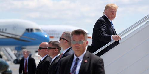 Tổng thống Mỹ Donald Trump được các mật vụ bảo vệ khi bước lênchuyên cơ Không lực Một tại sân bay ở Manila hồi tháng 11/2017. Ảnh: Reuters.