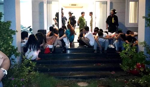 Nhiều trai gái tham gia buổi chiêu đãi sinh nhật trong căn biệt thự. Ảnh: Tư Huỳnh.