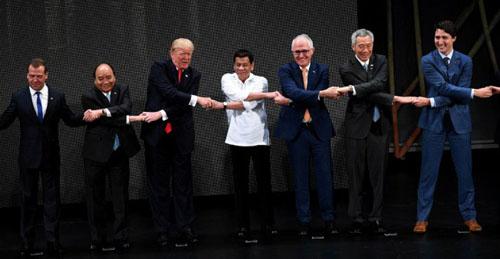 Trump (thứ ba từ trái sang) bắt tay Thủ tướng Nguyễn Xuân Phúc và các lãnh đạo thế giới khi dự hội nghị thượng đỉnh ASEAN ở Philippines năm ngoái. Ảnh: AFP.