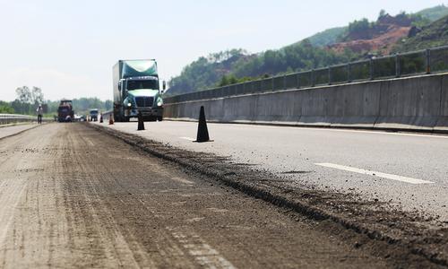 Cao tốc 34.000 tỷ được bóc mặt đường để vá ổ gà