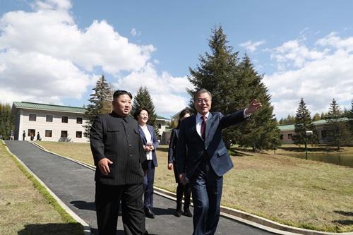 Lãnh đạo Triều Tiên Kim Jong-un (trái) và Tổng thống Hàn Quốc Moon Jae-in đi dạo cùng các phu nhân tại nhà khách Samjiyon, tỉnhRyanggang, Triều Tiên hôm 20/9. Ảnh: Reuters.