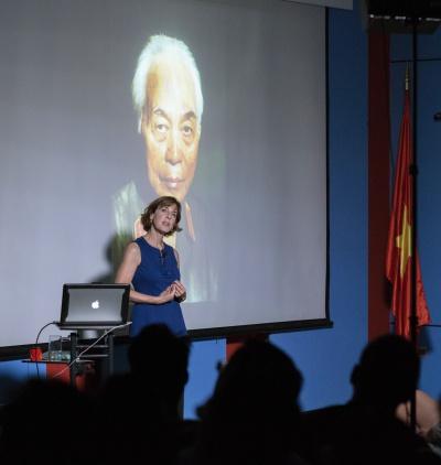 Catherine Karnow cùng bức chân dung Đại tướng Võ Nguyên Giáp, trong buổi nói chuyện tại Hà Nội ngày 12/10. Ảnh: Lê Minh Sơn.